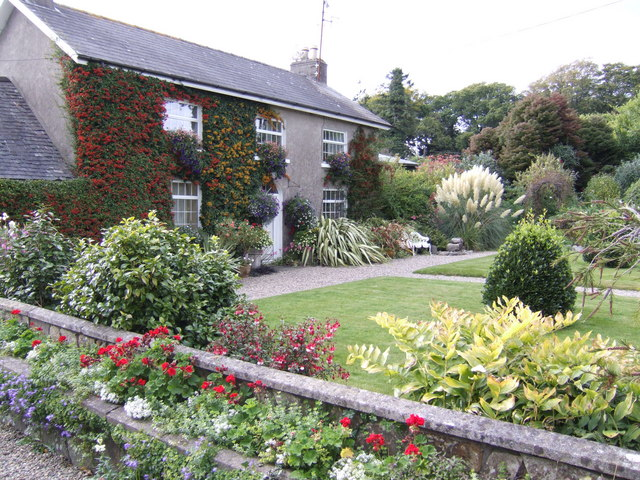 Coolaught_House,_front_garden_in_autumn_-_geograph.org.uk_-_595344