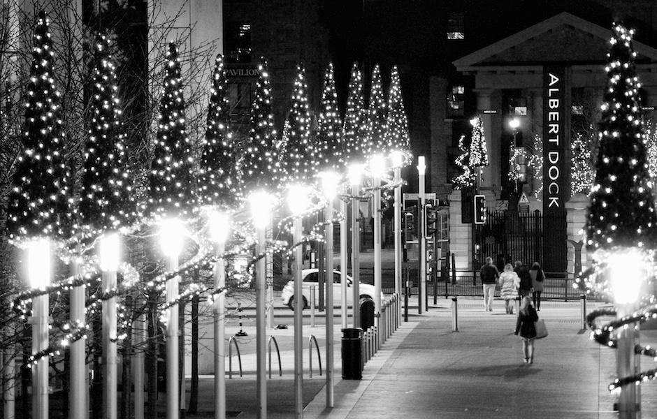 view-towards-albert-dock-from-liverpool-one-christmas-decorations-black-and-white-blog-formidable-photography